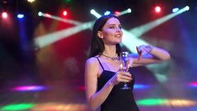 Menina com dança do champanhe no partido com iluminação video estoque