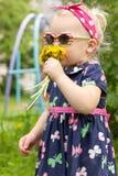 Menina com dentes-de-leão. Fotografia de Stock Royalty Free