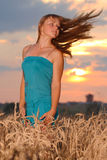 Menina com desgaste do estilo ocasional de encontro ao céu do por do sol Imagem de Stock