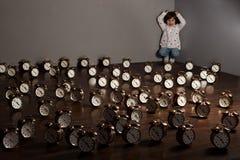 Menina com despertadores Foto de Stock