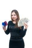 Menina com dinheiro e giftbox em suas mãos Fotografia de Stock Royalty Free