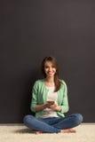 Menina com dispositivo Imagem de Stock Royalty Free