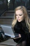 Menina com dispositivo electrónico Foto de Stock Royalty Free