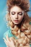 Menina com dobra e as flores entrelaçadas fotografia de stock