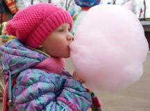 Menina com doces de algodão Fotografia de Stock