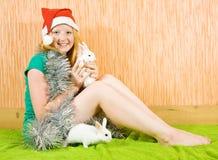 Menina com dois coelhos do animal de estimação Fotos de Stock Royalty Free