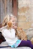 Menina com dois gatinhos Fotos de Stock Royalty Free