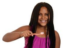 Menina com escova de dentes alaranjada Fotografia de Stock