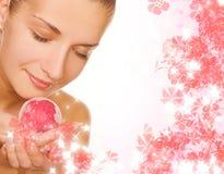 Menina com a esfera do banho do aroma Fotos de Stock
