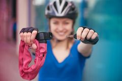 Menina com fechamento da bicicleta Fechamento da bicicleta perto da bicicleta Parque do ciclismo Foto de Stock Royalty Free