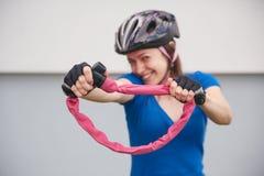Menina com fechamento da bicicleta Fechamento da bicicleta perto da bicicleta Parque do ciclismo Imagem de Stock
