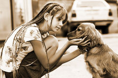 Menina com filhote de cachorro Fotografia de Stock