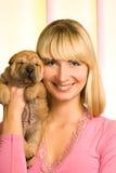 Menina com filhote de cachorro do sharpei Imagem de Stock