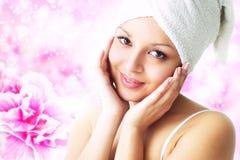 Menina com flor da azálea imagens de stock