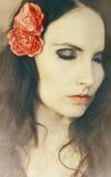 Menina com a flor no cabelo Fotografia de Stock