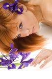 Menina com flor roxa imagem de stock