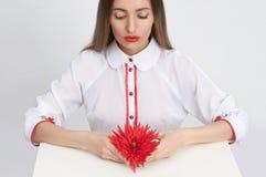 Menina com flor vermelha Imagem de Stock Royalty Free