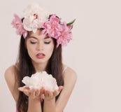Menina com flores da mola Foto de Stock