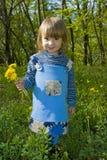 Menina com flores do dente-de-leão Imagens de Stock Royalty Free