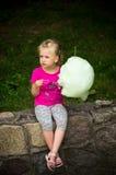 Menina com floss dos doces Fotografia de Stock Royalty Free