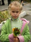 A menina com a folha Fotos de Stock