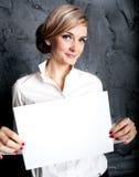 Menina com folha vazia Imagens de Stock Royalty Free