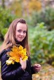 Menina com folhas da queda imagem de stock royalty free