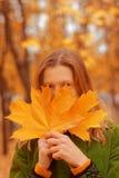 Menina com folhas de outono Fotos de Stock