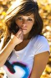 Menina com folhas de outono Imagens de Stock