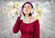 Menina com fones de ouvido Imagens de Stock Royalty Free