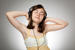 Menina com fones de ouvido Fotografia de Stock