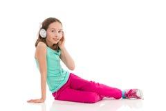 Menina com fones de ouvido que aprecia a música Fotografia de Stock