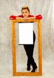 Menina com frame e sinal em branco Imagens de Stock Royalty Free