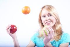 A menina com fruta Fotografia de Stock Royalty Free