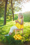 Menina com fruto em um gramado verde fotos de stock
