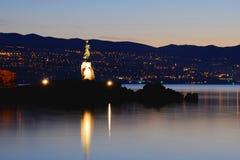 Menina com a gaivota com o Rijeka no fundo imagem de stock royalty free