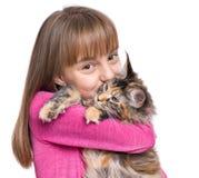 Menina com gatinho de Maine Coon Fotos de Stock