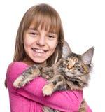 Menina com gatinho de Maine Coon Fotos de Stock Royalty Free