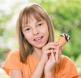Menina com gelado Fotografia de Stock Royalty Free