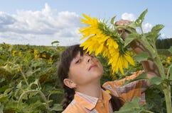 A menina com girassol Fotografia de Stock Royalty Free