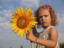 Menina com girassol Imagens de Stock Royalty Free