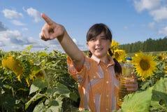 A menina com girassol e frasco do petróleo Imagem de Stock Royalty Free