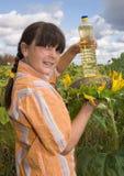 A menina com girassol e frasco do petróleo Foto de Stock