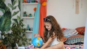 Menina com globo vídeos de arquivo