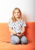Menina com grãos de café Fotos de Stock