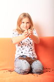 Menina com grãos de café Imagem de Stock