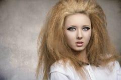Menina com grande penteado no retrato do close-up Fotos de Stock