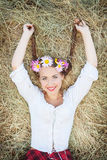 Menina com grinalda da flor Fotografia de Stock