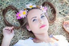 Menina com grinalda da flor Fotografia de Stock Royalty Free