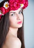 Menina com a grinalda da flor da rosa do vermelho imagem de stock royalty free
